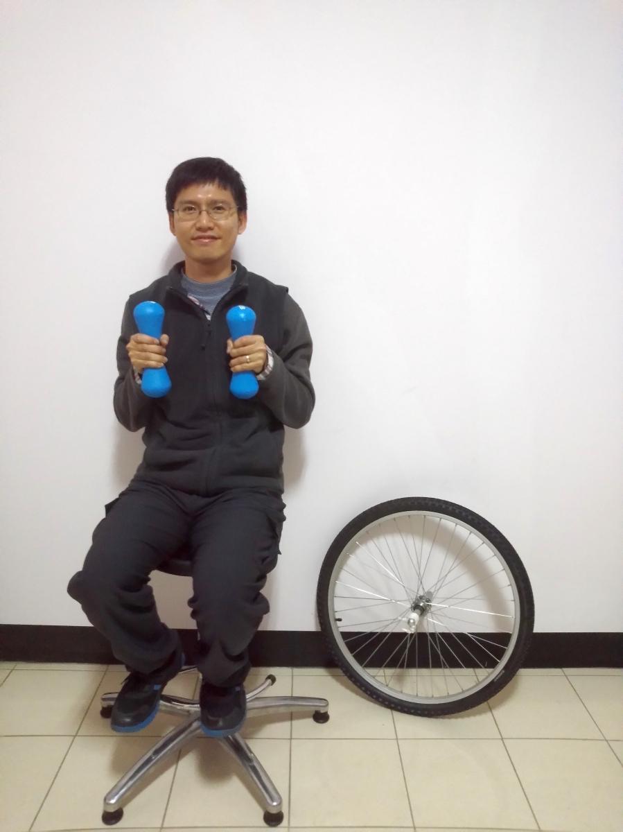 160325角動量實驗(旋轉椅、輪胎、啞鈴)06