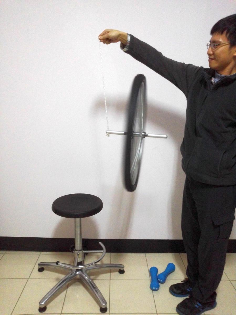 160325角動量實驗(旋轉椅、輪胎、啞鈴)08