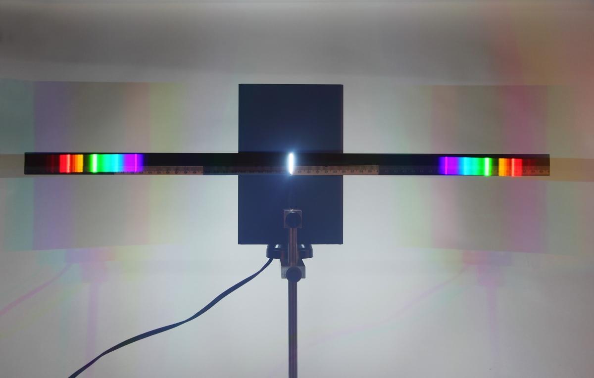 F23應用光柵觀察光譜與測量波長-特寫